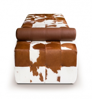 Cow skin Chaiselongue, Bauhaus Daybed, leather Récamière . Illustration real cow skin brown-white.