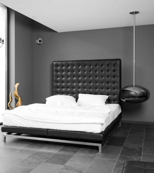 Highback black leather bed 200 x 180 x H160 cm. 150 kg Quality.