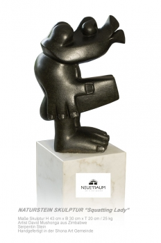 "Shona Art stone sculpture ""Squatting lady"" handmade in Zimbabwe. Serpentin Stein."